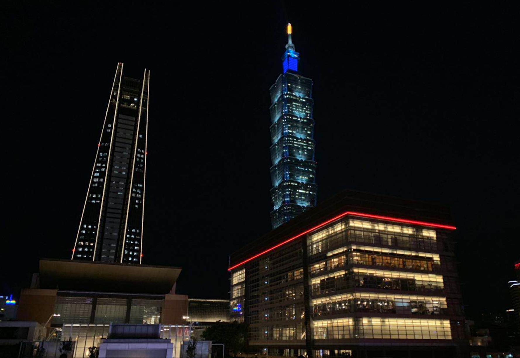 中间的尖塔状建筑,就是台北 101 大厦